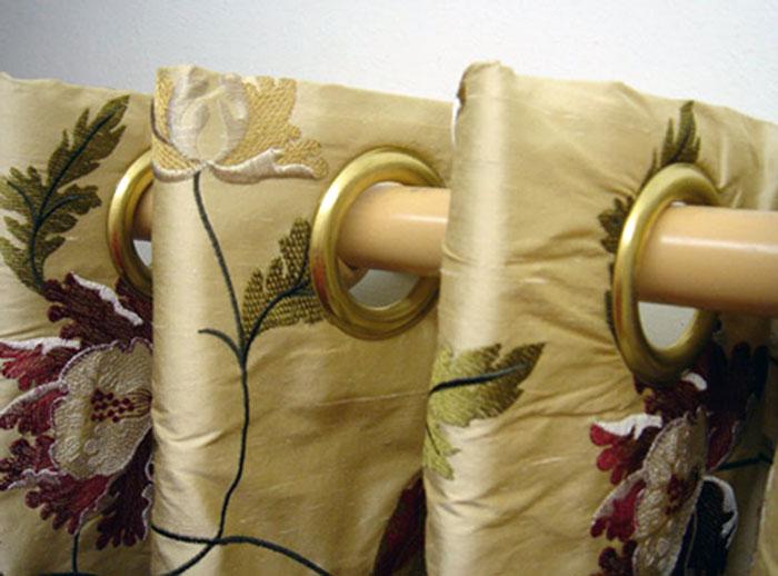 Металлические люверсы на шторах, кроме всего, помогут надолго сберечь ткань от износа