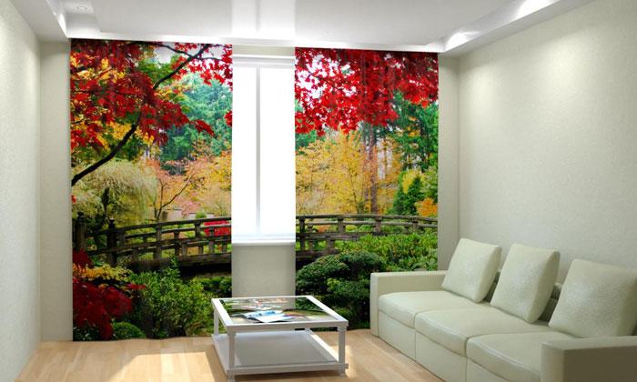 Яркие фотошторы ‒ оригинальный акцент интерьера в светлой гостиной