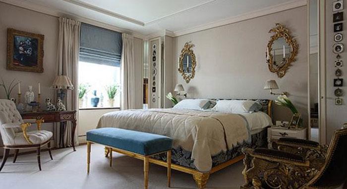 На фото представлен отличный вариант сочетания римских штор синего цвета с более нейтральными занавесями