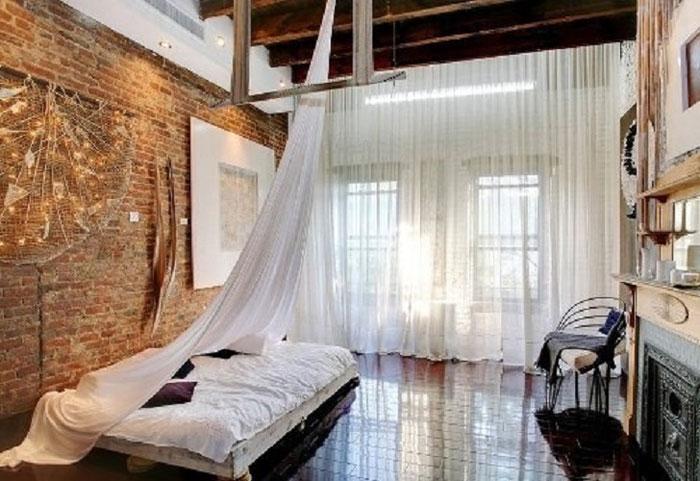 Нежные белые занавески в спальне