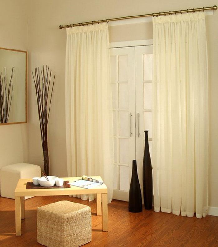 Как показано на фото шторы из вуали используют не только в оконном текстиле, но и при оформлении дверных проемов