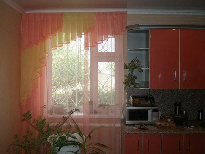 Фото примера оформления окна ламбрекеном на кухне