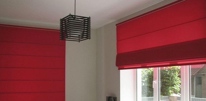 Современное разнообразие материальной базы разрешает подобрать дизайнерские римские шторы любой расцветки, любого фасона – до окна. Римские и рулонные – отличный выбор для кухни