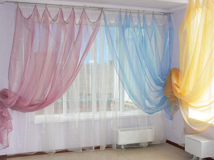 На фото представлены шторы с легкой и изящной органзы