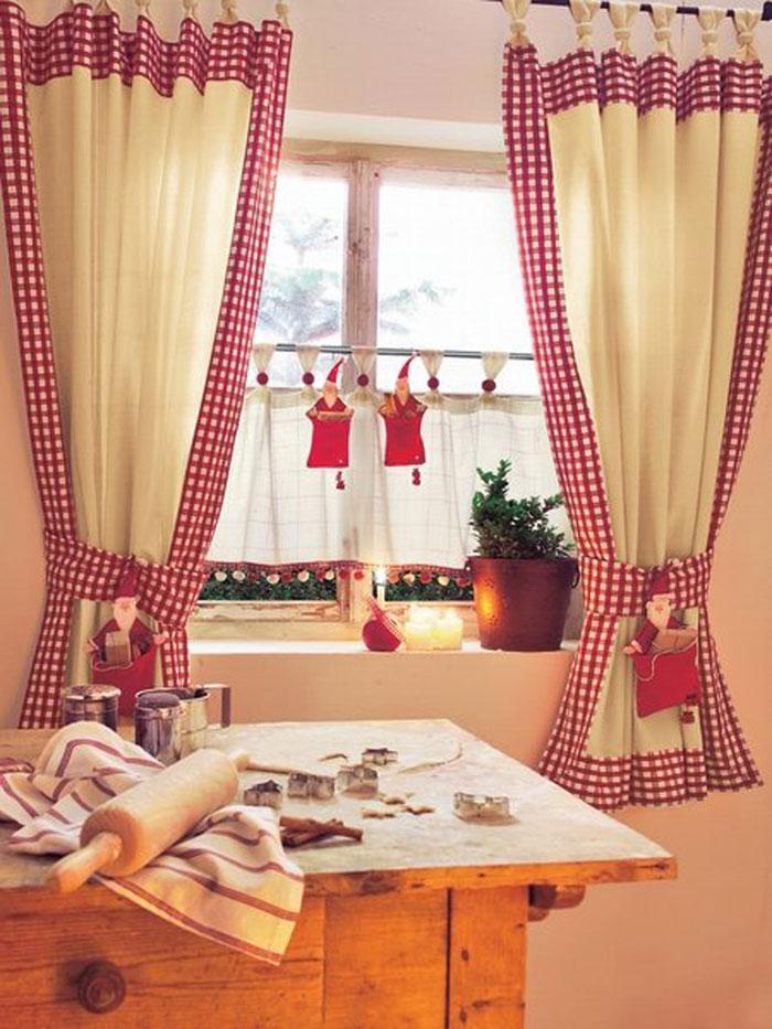Лоскутный дизайн занавески отлично подходит для окон кухни, дверного проема или украшения спального места в дачном домике, как показано на фото