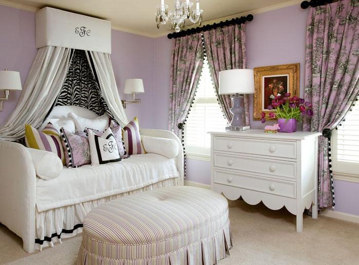 На фото показано, как используя шторы, можно оформить не только окна, но и спальную зону