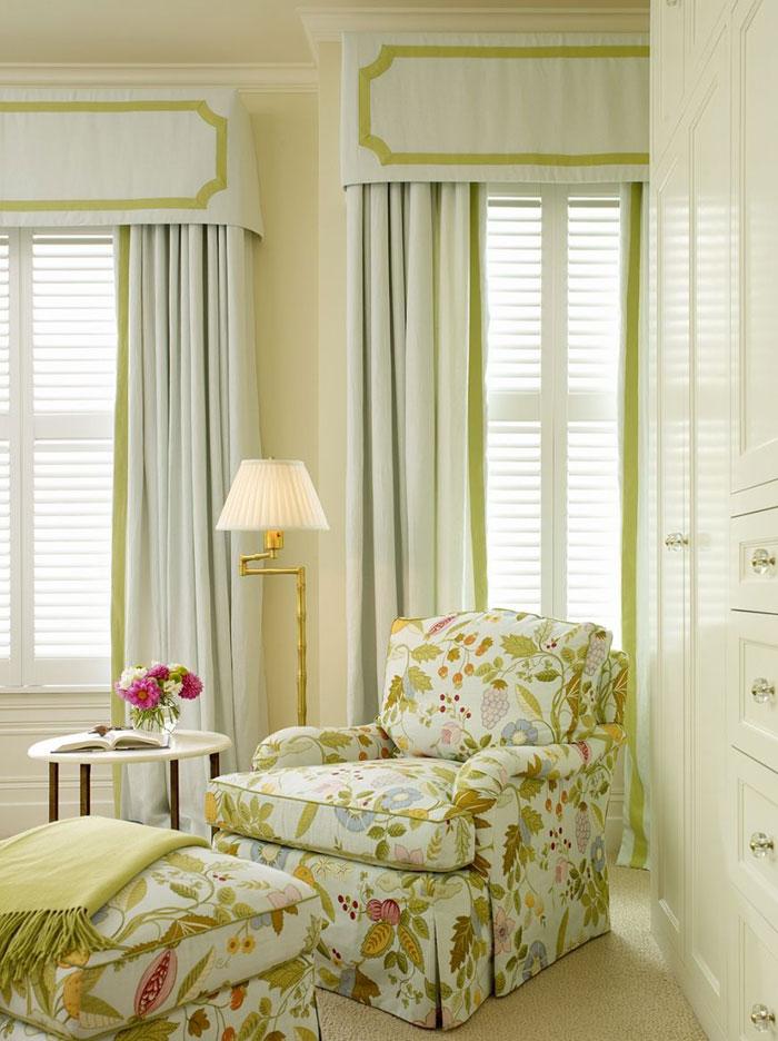 Прекрасно сочетается с разными видами штор, как с классическими портьерами и тюлем, так и с рулонными и даже римскими