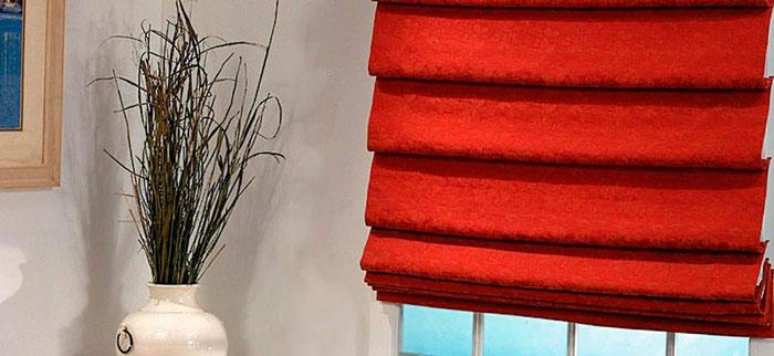 Римские шторы могут вписаться в атмосферу и уюта кухни, и комфорта спальни. Подходят к любому интерьеру, кроме нарочито вычурных