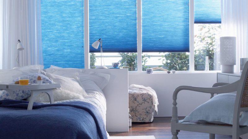 В отличии от грубых жалюзи, такие шторы выглядят очень уютно и по-домашнему
