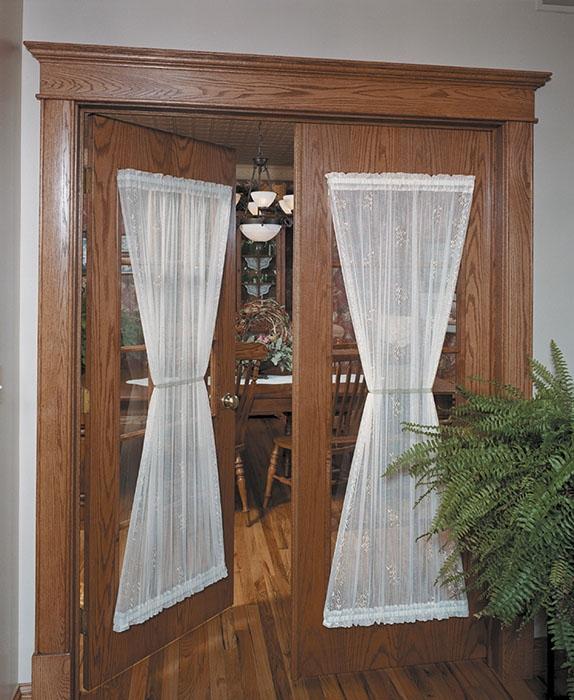 Декоративные шторки на межкомнатыне двери со стеклом