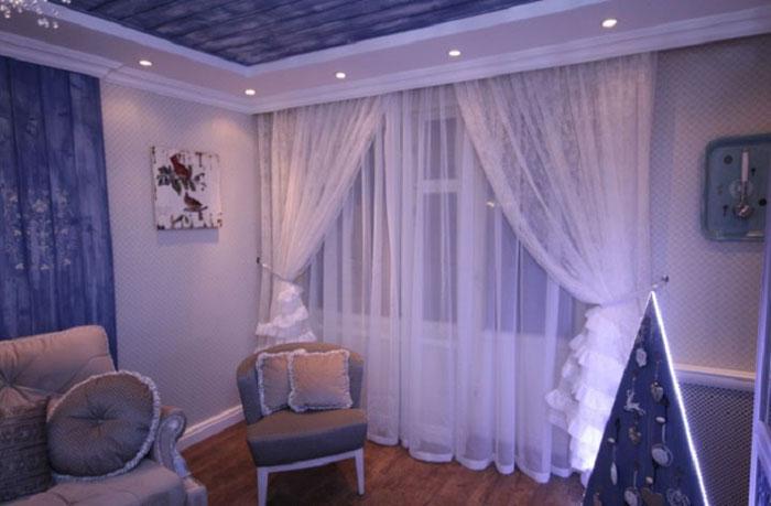 Фото вуали, подхваченной лентой в гостиной