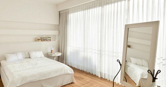 Для маленьких помещений лучше подбирать шторы простой формы из легкой ткани, они помогут создать эффект воздушности и увеличить пространство