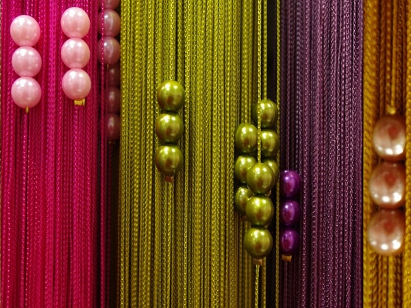 На фото продемонстрировано, как можно сочетать разные цвета нитей и дополнительные украшения