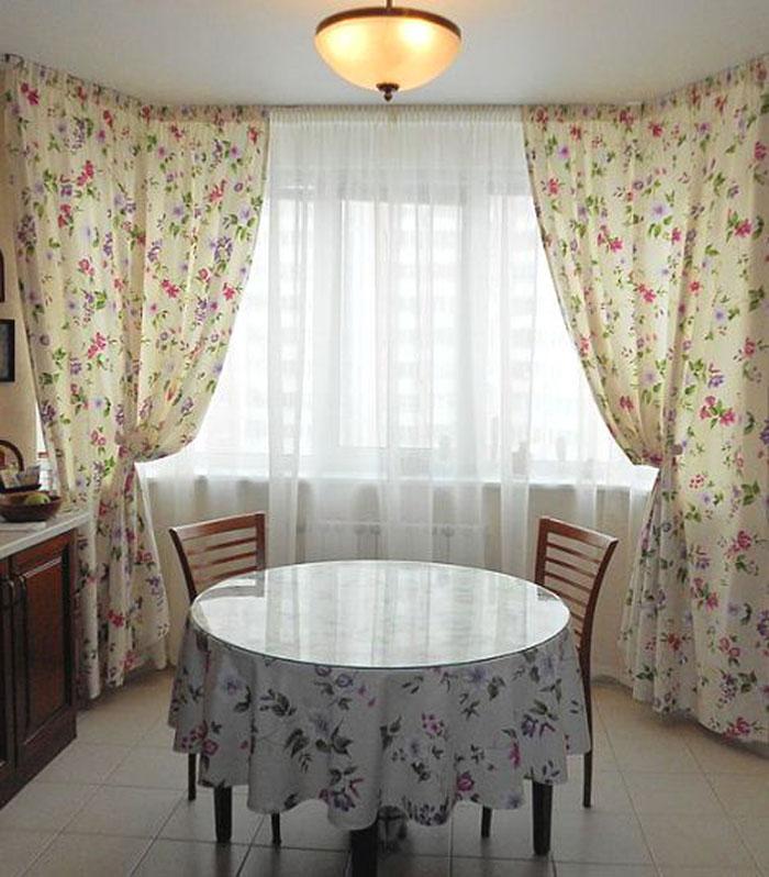 На фото видно, что в качестве компаньонов интерьер домика дополняется покрывалами, подушками, салфетками или скатертями в таком же оформлении