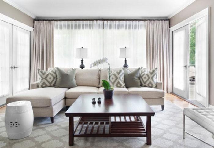 Если выбрать белые шторы, то гостиная станет светлее и ярче