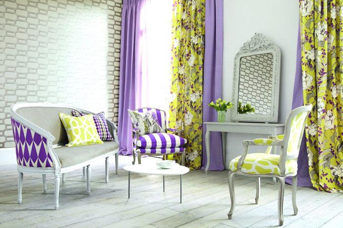 Фото зала с цветочными двухполосными гардинами