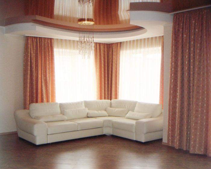 В помещениях с низкой двухуровневой натяжной потолочной частью не следует использовать тяжелые ткани с ламбрекенами и бахромой