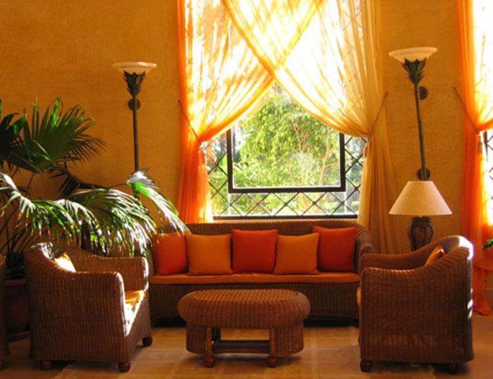 В интерьере спальни, гостиной или столовой будут замечательно смотреться длинные шторы с подхватами, декорированные оборками, бисером, шнурами или лентами