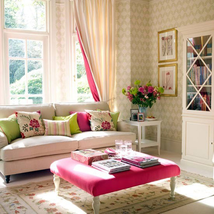 Из-за яркой подкладки шторы эта гостиная становится более уютной
