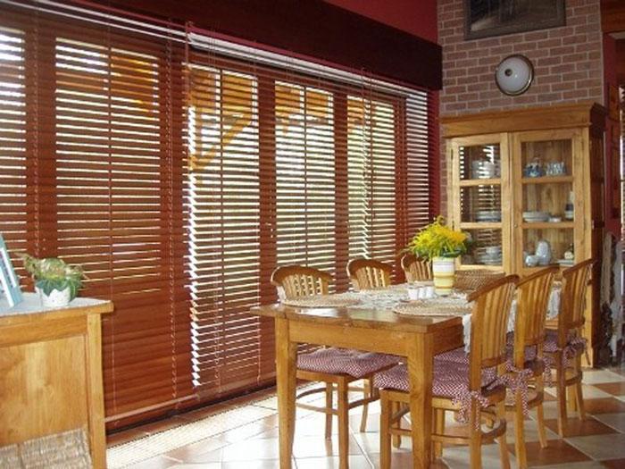 Бамбуковые жалюзи – идеальный вариант для оформления большой и просторной кухни либо спальни
