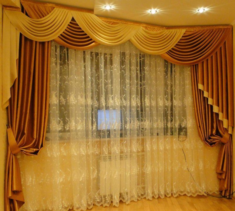 Золотистые шторы в гостиной зачаровывают всех гостей